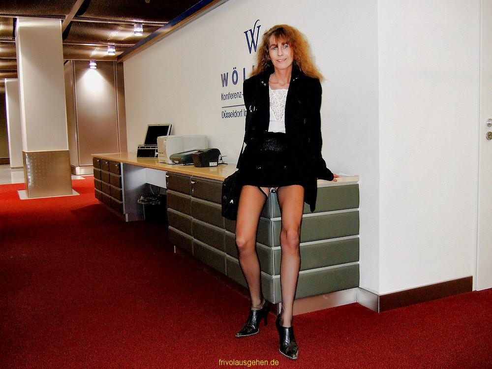frivoles outfit nylons unterm rock